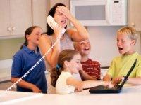 anya-gyerekek-kozott-telefonnal
